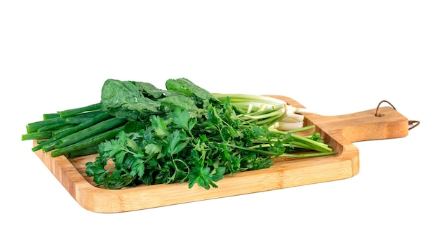 Peterselie, groene ui en levende tuinkers op het houten geïsoleerde bord. groente.