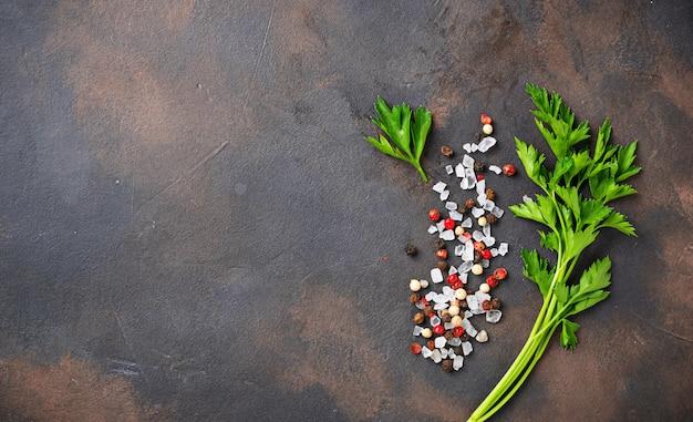 Peterselie, zout en peper. culinaire achtergrond