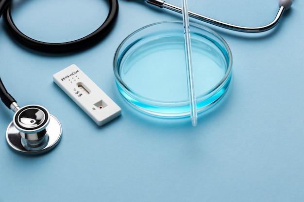 Petrischaal voor covid-test en een stethoscoop