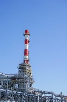 Petrochemie. complex voor de verwerking van koolwaterstoffen bij een olieraffinaderij.,