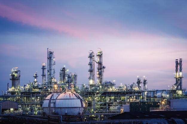 Petrochemische fabriek met hemelzonsondergang