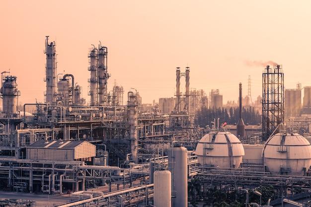 Petrochemische fabriek op zonsondergang