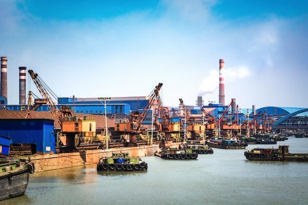 Petroleumgas container schip en olie raffinaderij achtergrond voor energie nautisch vervoer