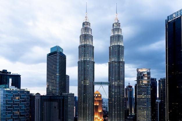 Petronas-torens en wolkenkrabbers in de stad kuala lumpur tijdens zonsondergang