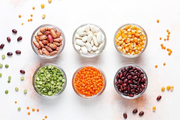 Peulvruchten en bonen assortiment. gezond veganistisch eiwitrijk voedsel.
