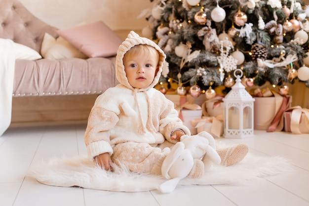 Peuter bij de kerstboom
