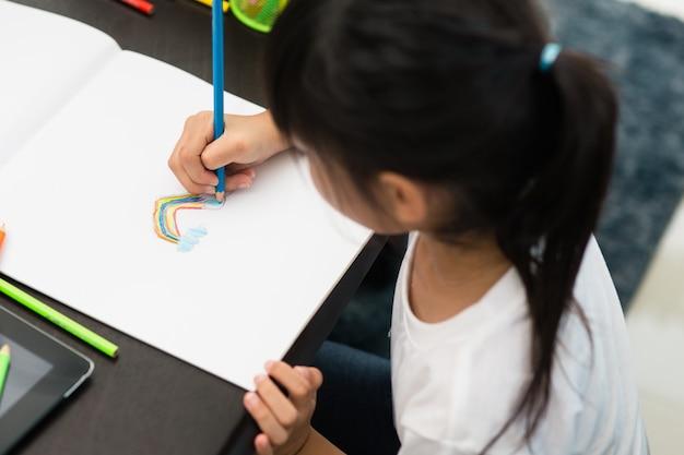 Peuter kind meisje tekenen en kleuren