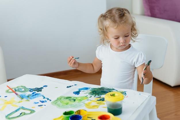 Peuter kind schilderen thuis creatieve vrije tijd
