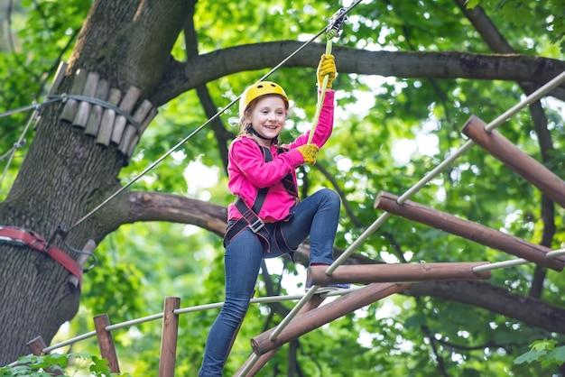 Peuter leeftijd vroege kinderjaren ontwikkeling elke kindertijd is van belang actieve kinderen schattig kind jongen touw park helm veiligheidsuitrusting voor kind spelen