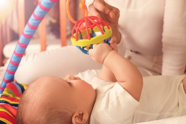 Peuter speelt met zijn zusjes. concept van ontwikkeling van baby's en zorg.
