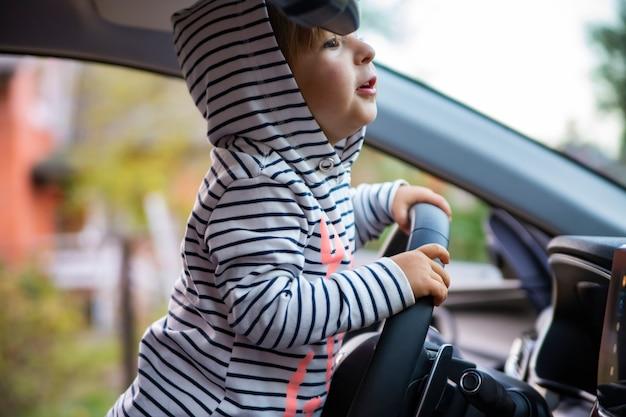 Peutermeisje dat een moderne auto bestuurt