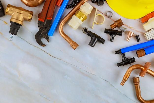 Pex-fittingen die worden gebruikt om leidingaansluitingen te maken in de werkset van gereedschappen voor het snijgereedschap, bevestigingen