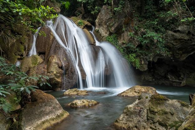 Pha-tak-waterval in diep regenwoud bij het nationale park van khao laem