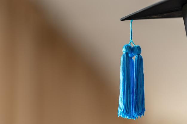 Phd afgestudeerd in zwarte hoed universitaire graad blauwe kwast tonen