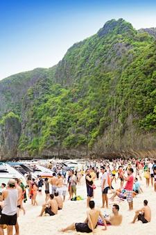 Phi-phi island, thailand - 01 januari: veel mensen op het strand op nieuwjaarsvakantie, 01 januari 2013, phi-phi island, thailand. tour naar het eiland phi-phi is een van de meest populaire in thailand.