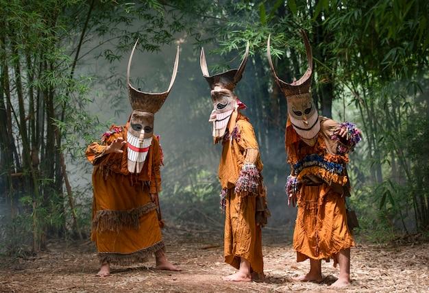 Phi ta khon festivalmensen met maskers en kostuums