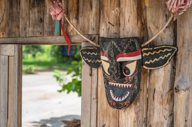 Phi ta khon-masker hangt aan de houten muur in thailand