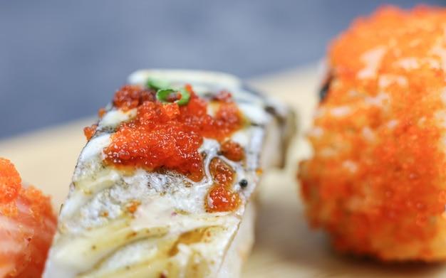 Philadelphia roll sushi met zalm garnaal avocado roomkaas sushi menu japans eten