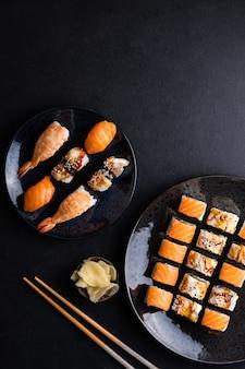 Philadelphia rolls met zalm canada rolls met paling en sushi met garnalen zalm en paling op een dar
