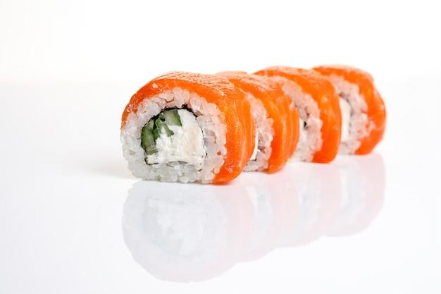 Philadelphia sushi roll op een afgelegen witte achtergrond met reflectie