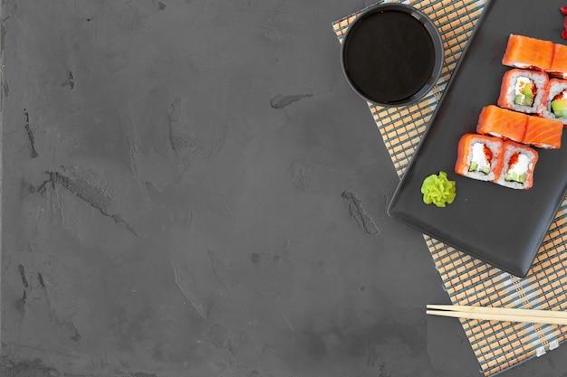 Philadelphia sushi roll op zwarte bovenaanzicht