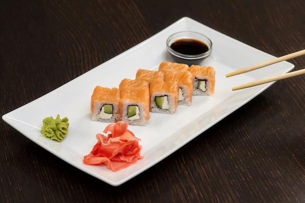 Philadelphia sushi rolletjes met zalm, kaasroom en komkommer