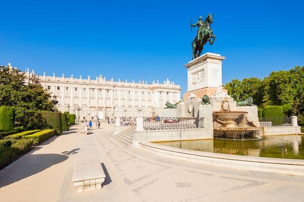 Philip iv van spanje monument en koninklijk paleis van madrid, de officiële residentie van de spaanse koninklijke familie in madrid, spanje