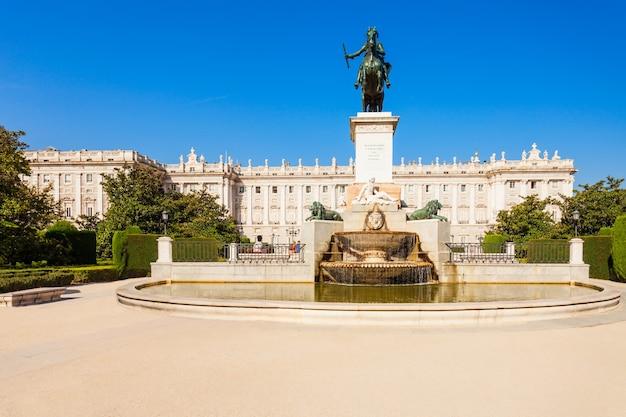Philip iv van spanje monument en koninklijk paleis van madrid, de officiële residentie van de spaanse koninklijke familie in madrid, spanje Premium Foto