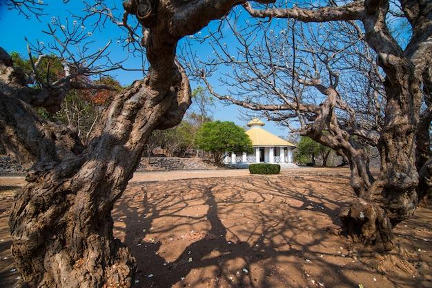 Phongsri mansion presenteert het leven van mensen die in het verleden een belangrijke rol hebben gespeeld op het eiland si chang in de provincie chon buri, ten oosten van thailand