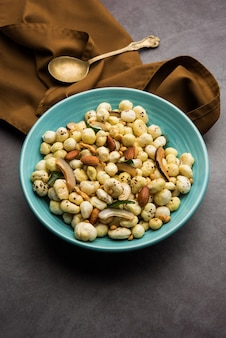 Phool makhana chivda is een knapperige gezonde snack uit india, perfect voor bij de thee. geserveerd in een kom of bord. selectieve focus