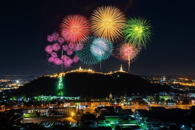 Phra nakorn kiri vuurwerkfestival 's nachts in phetchaburi, thailand