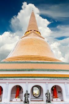 Phra pathommachedi stupa in nakhon pathom, thailand