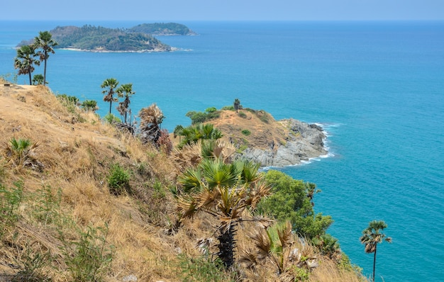 Phromthep-kaapgezichtspunt met prachtig uitzicht op het andaman-zeegezicht in phuket, thailand