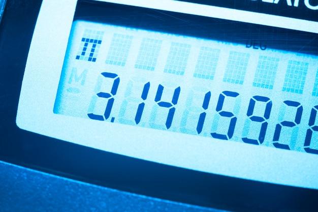 Pi-nummer op het scherm van digitale rekenmachine