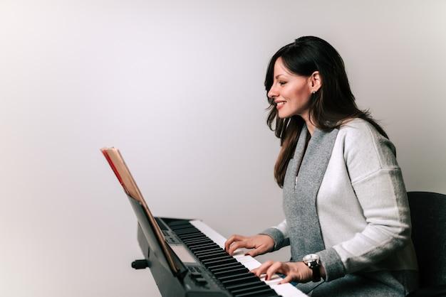 Pianist die op een synthesizer speelt.
