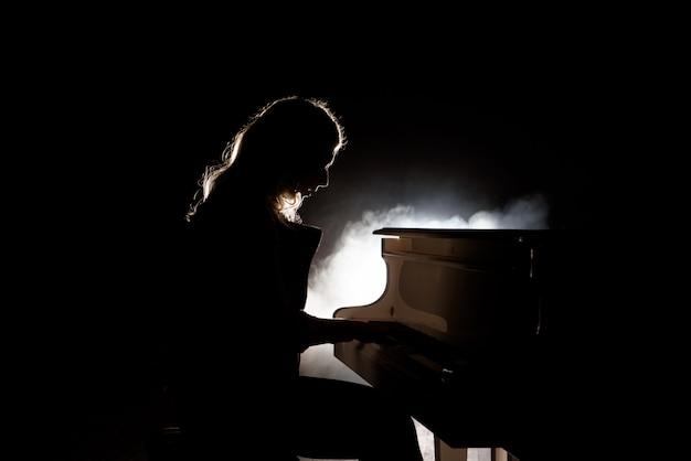 Pianist musicus pianomuziek spelen. muziekinstrumentvleugel met vrouwenuitvoerder