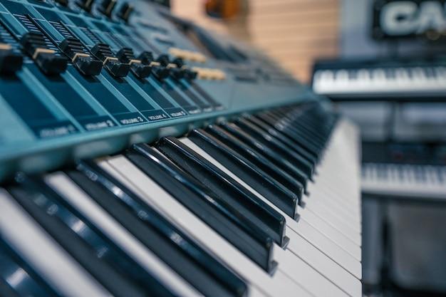 Piano in de winkel