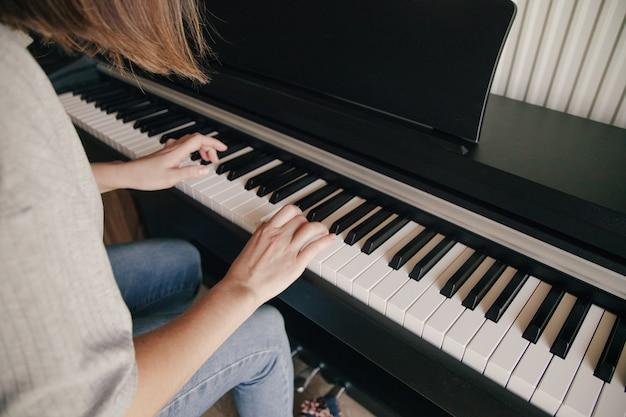 Piano spelen de handen van de kaukasische persoon spelen op de piano. hobby's concept.
