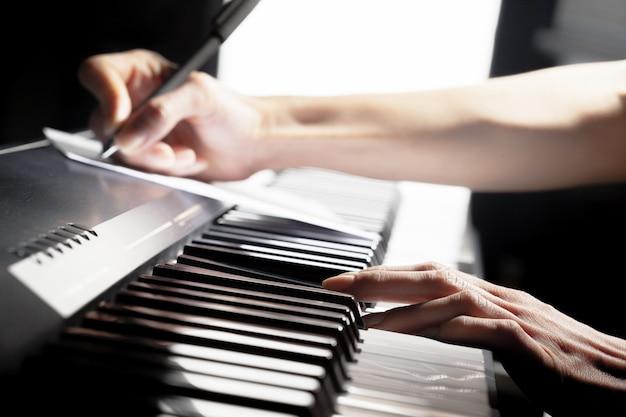 Piano spelen. detailopname