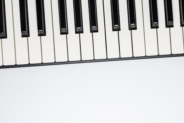 Piano toetsen met kopie ruimte, geïsoleerd voor ontwerp, bovenaanzicht, plat lag.