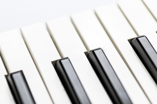 Pianotoetsen close-up weergave. klassiek muziekinstrument om te spelen