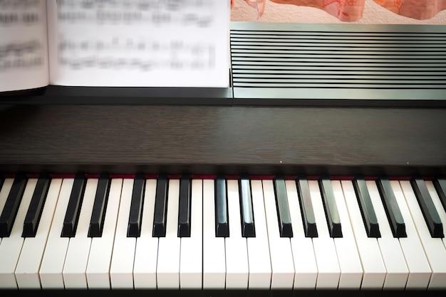 Pianotoetsenbord met muziekblad
