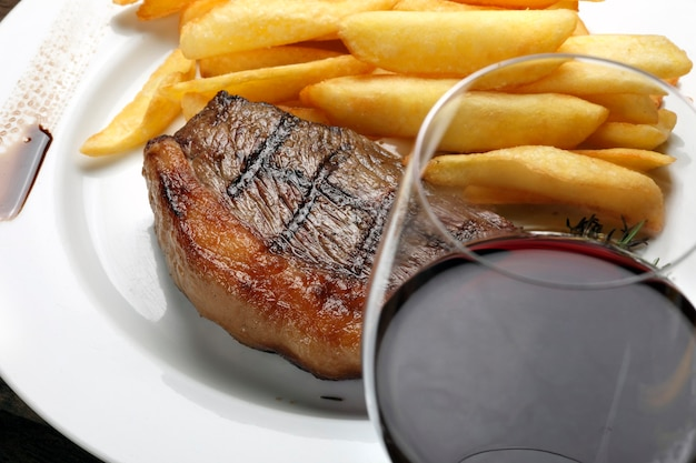 Picabha steak met friet en rode wijn