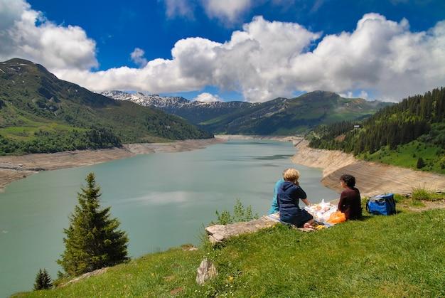 Picknick bij het meer van roselend, franse alpen