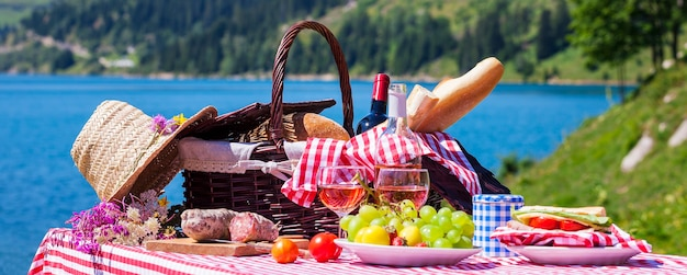 Picknick in franse alpenbergen met meer op de achtergrond, panoramisch uitzicht