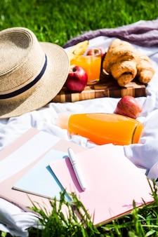 Picknick in het park met daarna croissants en sap