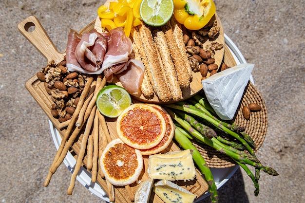 Picknick met heerlijk mooi eten op tafel. het uitzicht vanaf de top. het concept van een vakantie.