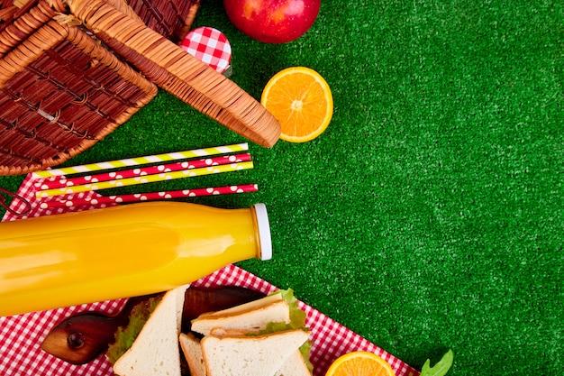 Picknick met jus d'orange en broodjes