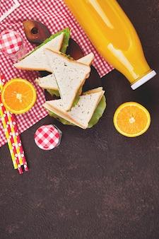 Picknick op bruine tafel