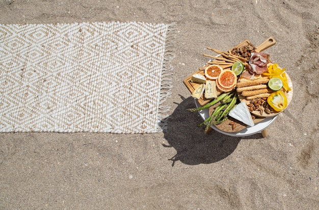 Picknick op een zandstrand bovenaanzicht van het strand. vakantie en vakantieconcept.